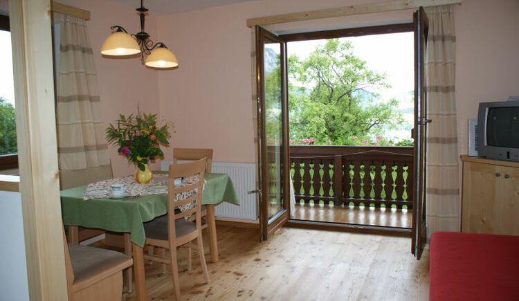 Living room Eiche (Oak). (© seekda)