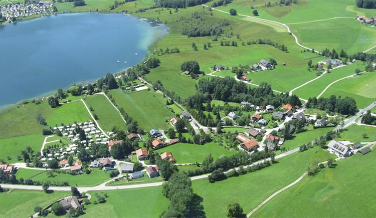 Ansicht des Camping Areals von Oben, See, Bäume, Häuser, Wohnwagen, Wiesen. (© Camping Moosmühle)