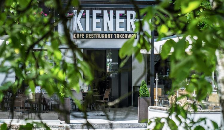 Ansicht Gastgarten Eingangsbereich Kiener in St. Georgen im Attergau.