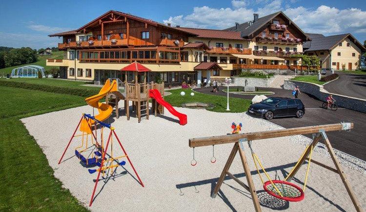 Spielplatz  mit Blick auf Hotel