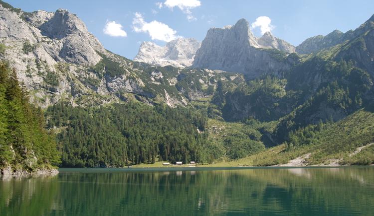 Den Hinteren Gosausee erreicht man über einen Wanderweg, hier sieht man einen Ausschnitt vom See und der Holzmeisteralm. (© Tourismusverband Inneres Salzkammergut)