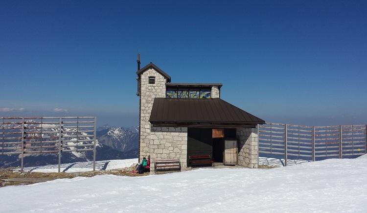 Das Foto zeigt die Bergkapelle am Dachstein Krippenstein bei besten Wetterbedingungen. (© Johann Höll)