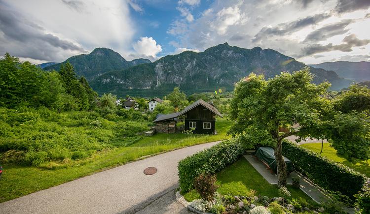 """Die Ferienwohnung \""""Haus Stefan\"""" liegt im Grünen oberhalb des Hallstättersees mit herrlichem Ausblick"""