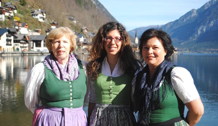 Die Ortsführerinnen in Hallstatt: Helga Lenz, Cristiana Campanile und Alexandra Weichselbaumer. (© Ferienregion Dachstein Salzkammergut / Stefanie Wallner)