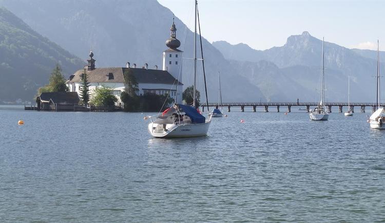 Schloß Orth mit Segelboot (© Wolfis Traunseeblick)