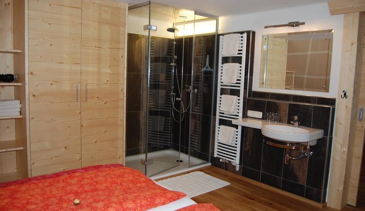 Holzwohnstudio Dusche Bett