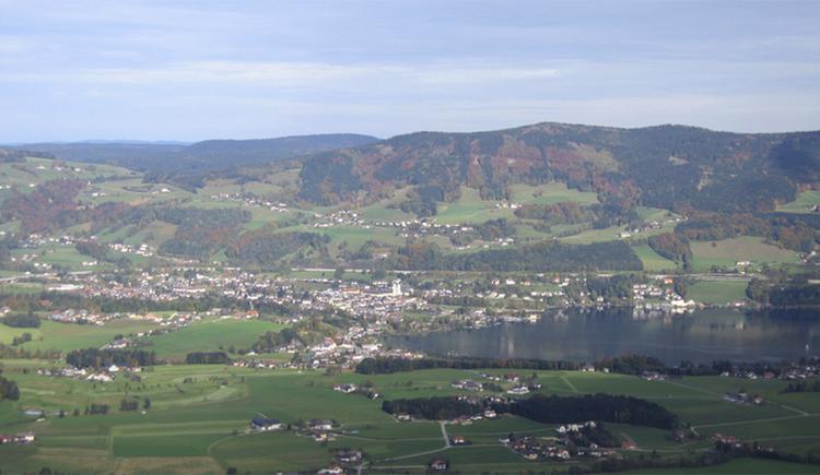 Blick auf die Landschaft, den Ort, seitlich der See. (© Tourismusverband MondSeeLand)