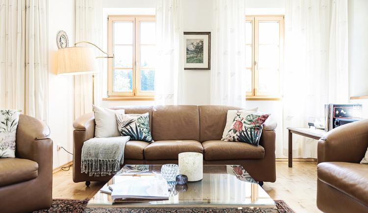 Ein Bild des gemütlichen Wohnzimmers der Villa Anna.