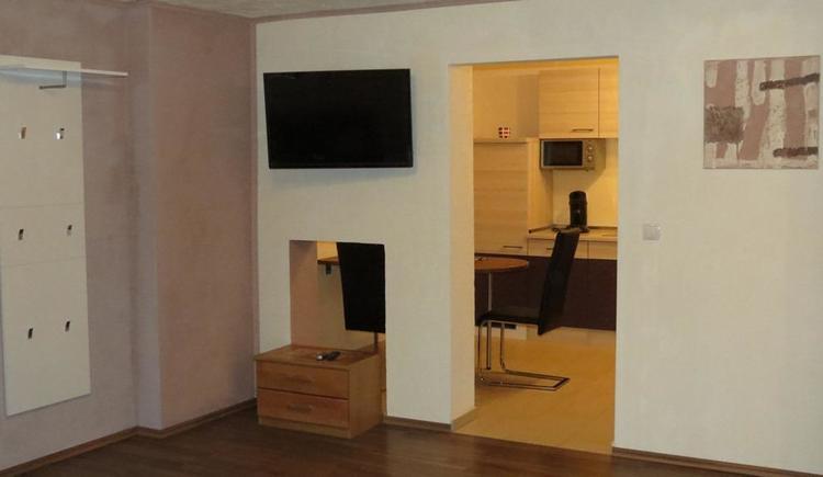 Appartement Fernseher und Garderobe (© Privat)