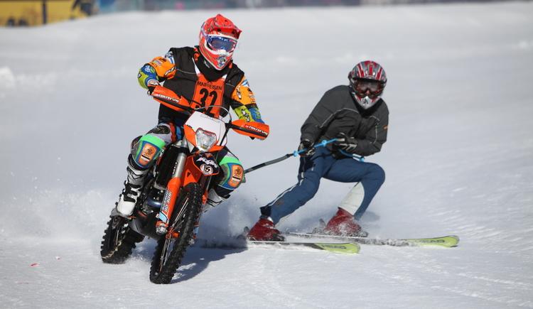 Hier sehen Sie, wie der Motorradfahrer den Skifahrer zieht. (© Viorel Munteanu)