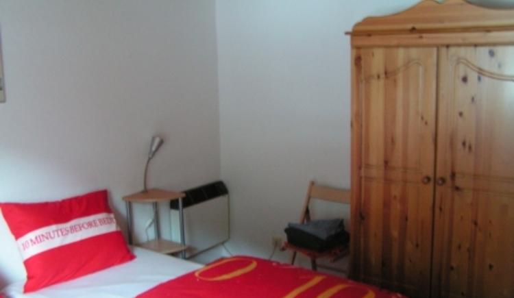 Das Schlafzimmer mit Doppelbett und einem großzügigen Kasten. (© Abel Gans)