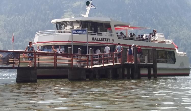 Mit dem Schiff von Obertraun nach Hallstatt schippern. Anlegestelle in Obertraun am See