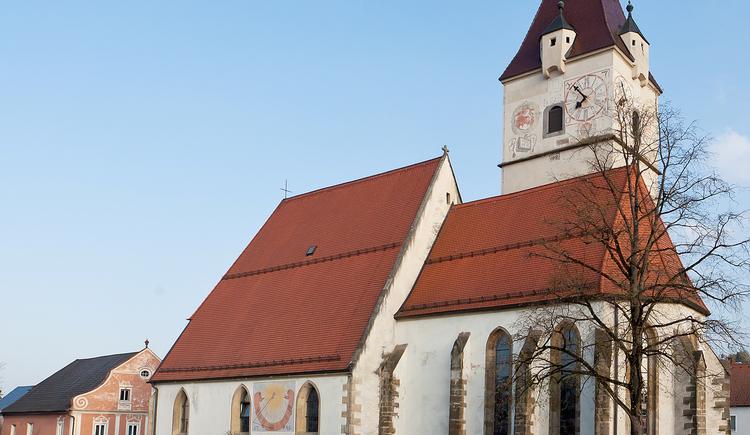 """Urkundlich erwähnt wurde die Kirche """"St. Jakobi"""" erstmals 1363,  erst 1542 erfolgte die Erhebung zur eigenständigen Pfarre,  seit 1969 ist sie Stadtpfarrkirche.  (© Stadtmarketing PERG - A.Schneider)"""