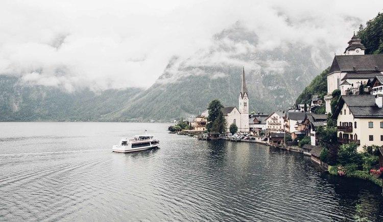 The easiest way to reach Hallstatt is by boat on the Dachstein circular route. (© © Dachsteinrundwanderweg © ladyvenom)