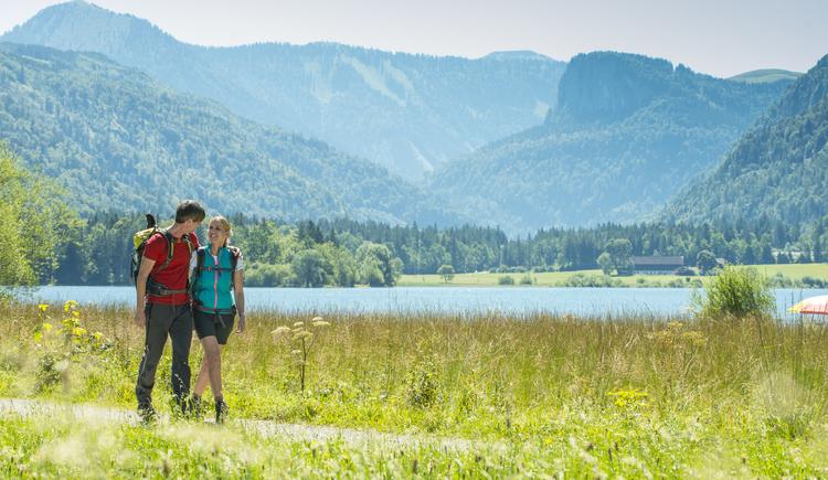 Pärchen wandert am Hintersee (© Fuschlseeregion - Erber)