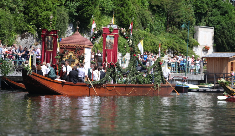 The traditional ship with the sanctum on the lake during the Chorpus Christi procession. (© Tourismusverband Dachstein Salzkammergut)