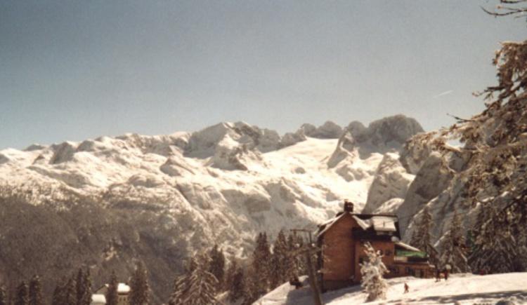 Gablonzerhütte im Winter mit Blick auf den Dachstein. (© Tourismusverband Inneres Salzkammergut)