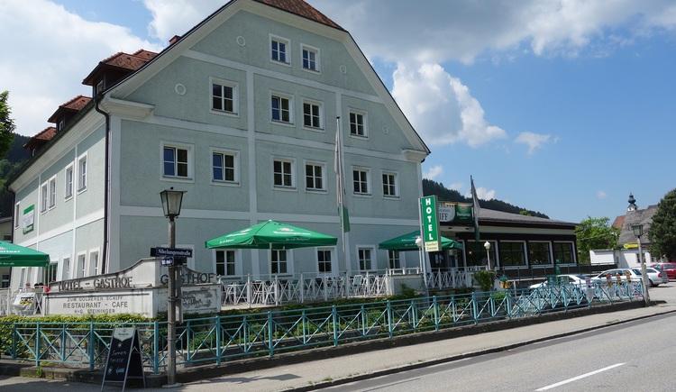 Hotel mit Donauterrasse. (© Marktgemeinde)
