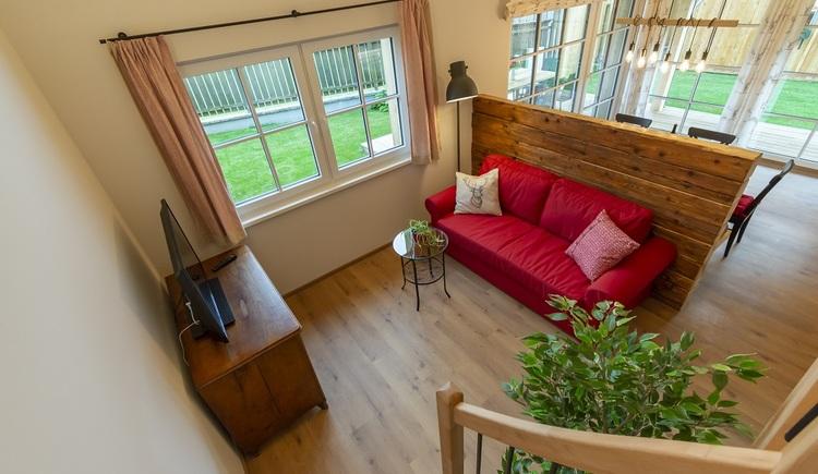Der offen gestaltete Wohnraum des Chalets 164 ist aufgrund der vielen Glasflächen sehr hell und vereint Ess- und Wohnbereich.