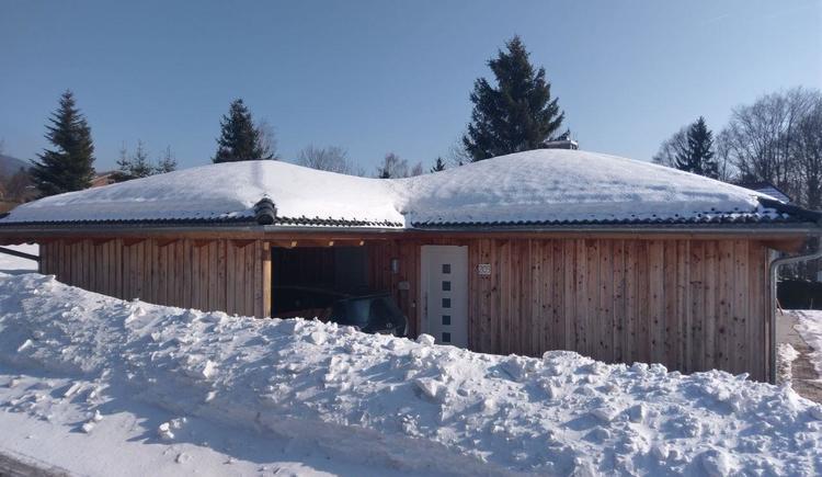 Haus im Winter mit Garage (© Privat)