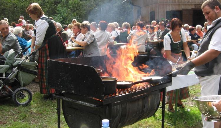 Zubereitung von Holzknechtnockn. (© Heimatgruppe)