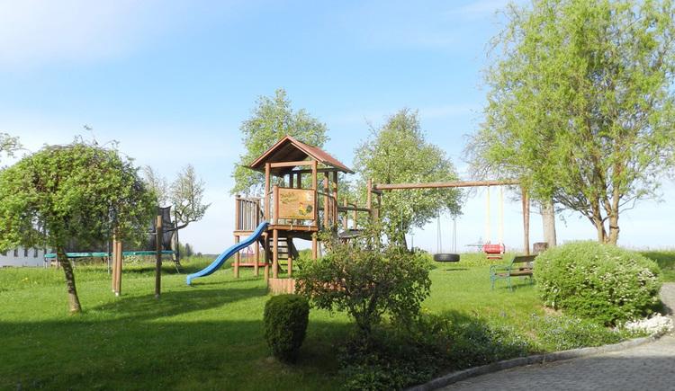 Wiese und Spielplatz am Stauferhof in Genstetten