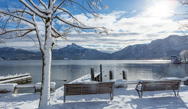 The wintry snow-covered lake promenade in Mondsee on a sunny winter day. (© TVB Mondsee-Irrsee)