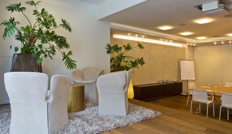 Seminarraum mit Tischen und Stühlen, Beamer an der Decke. (© Hotel Iris Porsche)