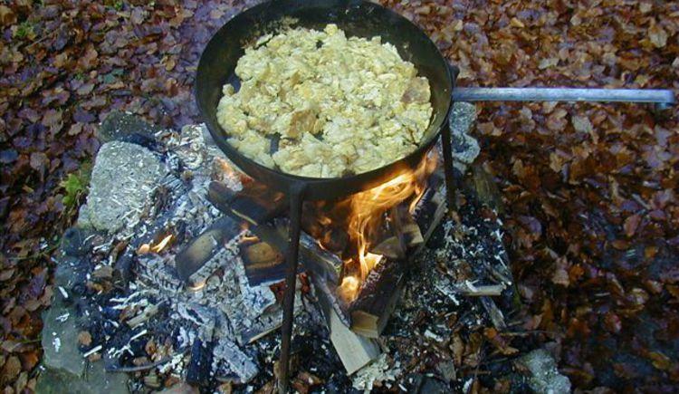 Pfanne über Lagerfeuer. (© www.mondsee.at)