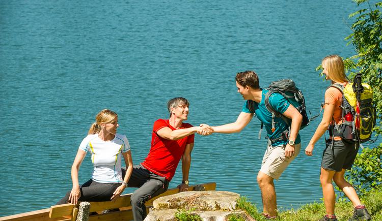 Gruppe trifft sich am See (© © Fuschlseeregion- Erber)