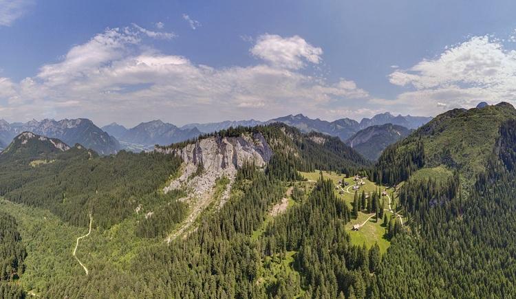 Die Hütteneckalm auf 1.240 m Seehöhe bietet neben regionalen Schmankerln auch einen atemberaubenden Ausblick. (© Sven Posch)