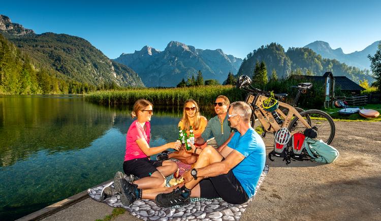 Radfahrer bei einer Pause bei der Seeklause am Almsee. (© brainpark.traunsee)