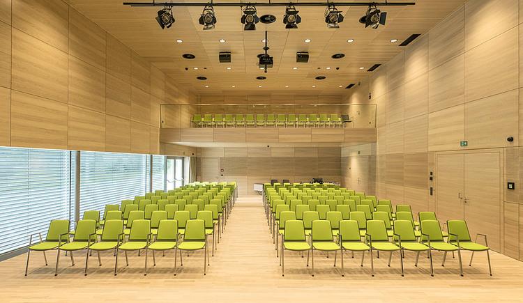 Veranstaltungsaal mit grünen Stühlen. (© Wiesner-Hager)