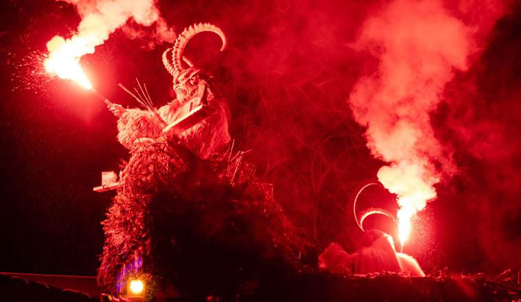Beim Salzkammergut Krampuslauf zünden die Passen Bengalische Feuer für ihre Show. (© Stefanie Wallner)