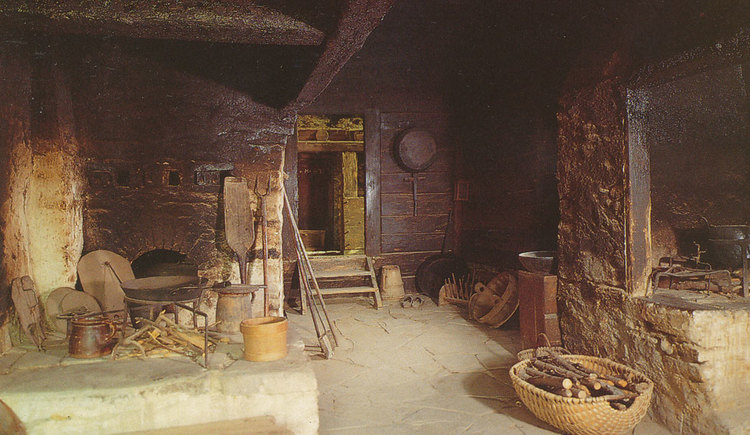 Old picture of the fireplace with dishes and baskets. (© www.mondsee.at)