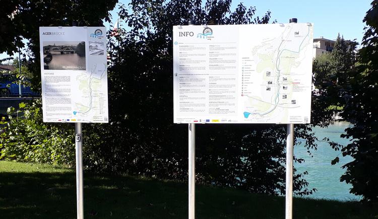 Infotafeln bei der Agerbruecke in Schoerfling. (© G_Hilz)