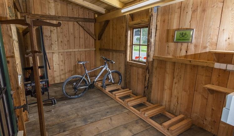 Der Schuppen befindet sich direkt neben dem Chalet. Er ist absperrbar, hat eine E-Bike Ladestation und bietet Platz für Fahrräder, Schi oder sonstige Sportausrüstung. Ein Platz zum Waschen von Fahrrädern, sowie ein überdachter Motorrad Abstellplatz, stehen ebenfalls zur Verfügung.