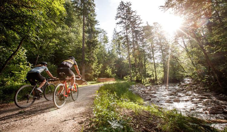 Auf der Sarstein Gravel Bike Runde fährt man zu 90 % entlang von Bächen, Flüssen oder Seen. (© Erwin Haiden Bikeboard.at)