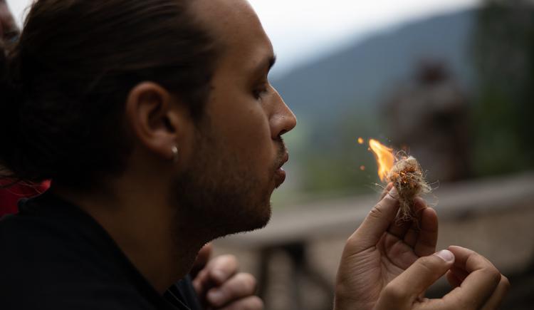 Feuer bohren und entzünden (© Abenteuer Management - Daniel Hinteramskogler)