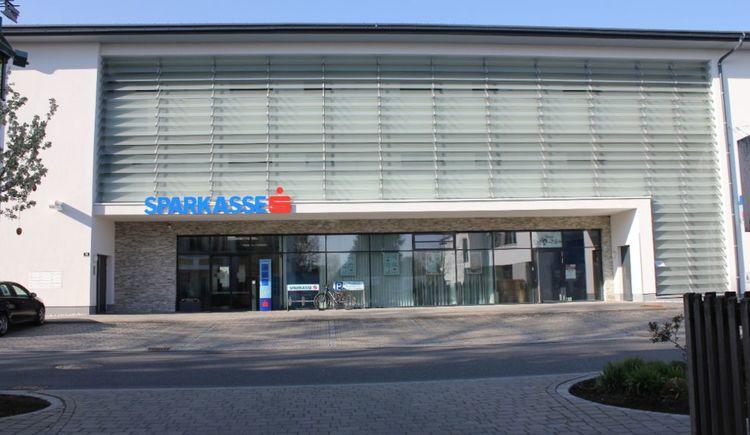 Foto zeigt die Sparkasse St. Georgen im Attergau in Oberösterreich.