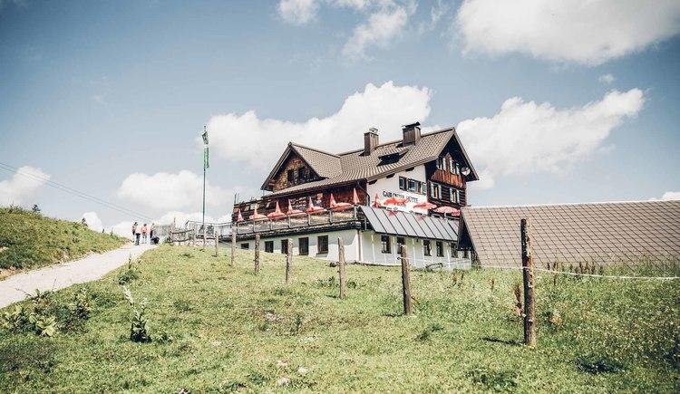 Gablonzerhütte on the Zwieselalm is one of the huts with overnight accommodation. (© © Dachsteinrunde © ladyvenom)