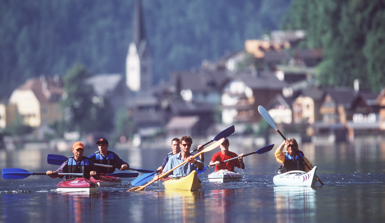 Canoeing courses on Lake Hallstatt are also offered by Outdoor Leadership. (© ©Heli Putz)