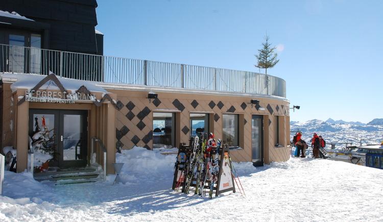 Neben dem Eingang zum Bergrestaurant können die Gäste die Schier lagern. (© Dachstein Tourismus AG)