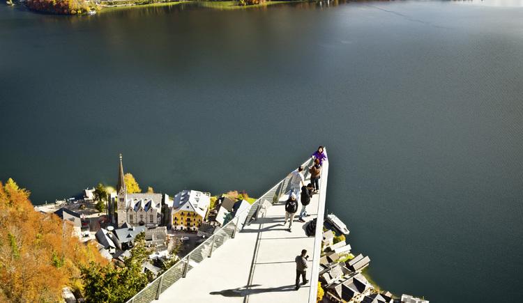 Die Aussichtsplattform ragt über den Salzberg hinaus und befindet sich auf 855 Metern mit einer wunderschönen Aussicht. (© Salzwelten / Mirja Geh)