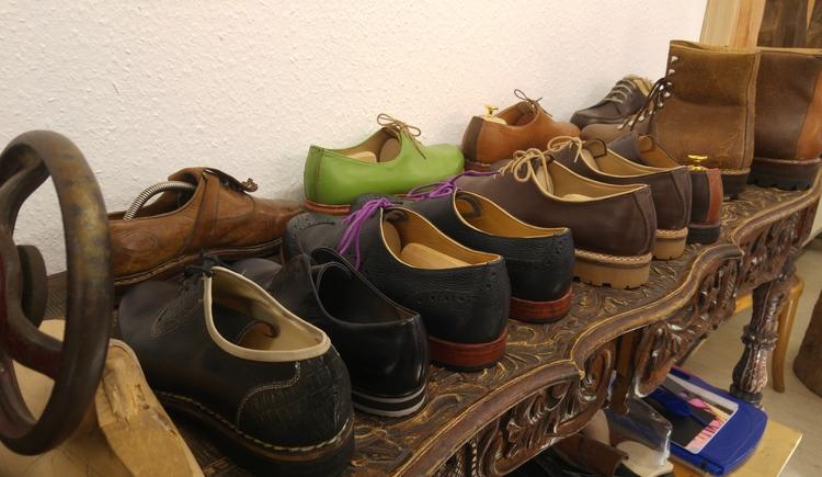Modelle des Goiserer Schuhs stehen in einer Reihe in der Werkstatt von Philipp Schwarz. (© © Dachstein Salzkammergut)