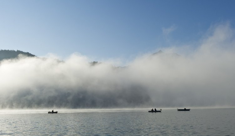 Fischerboote im Nebel