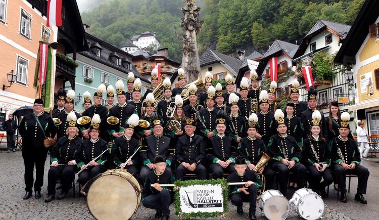 Das Gruppenfoto der Salinenmusikkapelle Hallstatt.