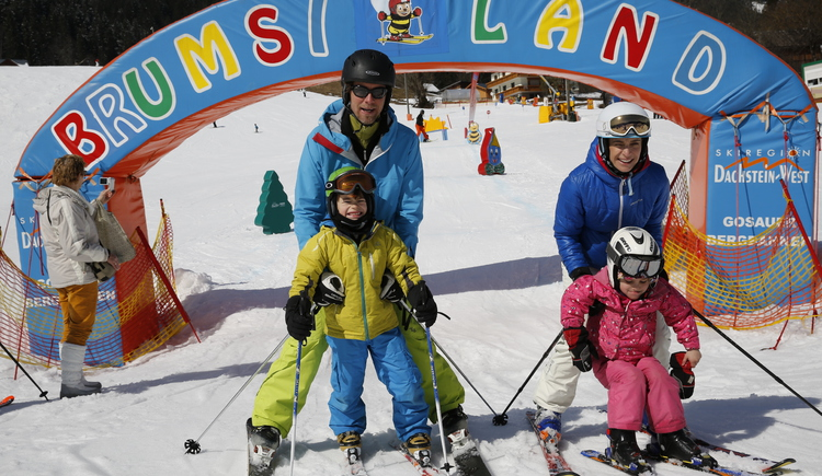 The children's ski lift Brumsiland with many colorful figures invites the little ones to go skiing. (© Skiregion Dachstein West/H. Raffalt)