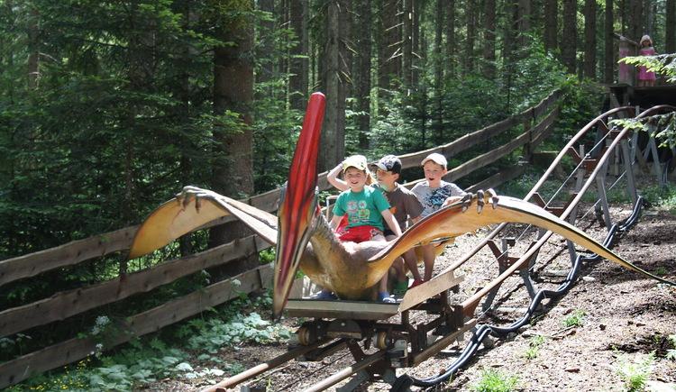 Mit dem Flugsaurier gleiten die Kinder durch den Familien Erlebnispark Urzeitwald in Gosau. (© Grill Elisabeth)