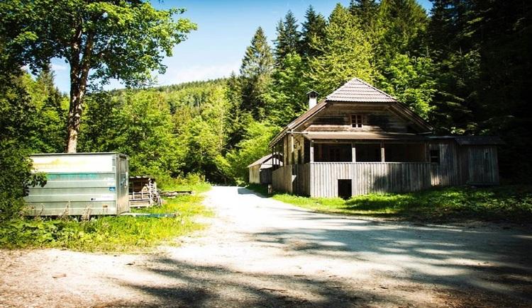 Schöne Selbstversorgerhütte mit großem Aufenthaltsraum mit integrierter Küche und separatem Waschhaus. (© Outdoor Leadership, Helmut Putz)